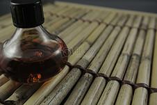 竹席上的酒精瓶