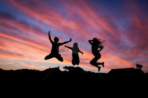 天空下快乐跳跃的人