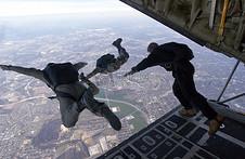 三个跳伞的人