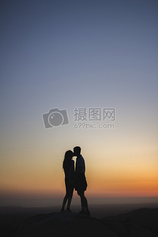 黄昏亲吻的情侣