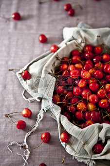散落的红色樱桃