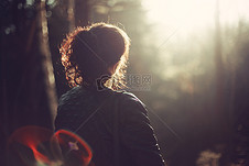 森林女子背影