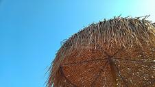 蓝天下的沙滩伞