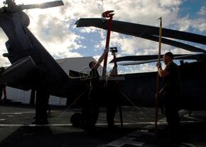 """从直升机海上作战中队的23名船员""""外卡""""的解开MH-60S直升机骑士鹰之刃"""