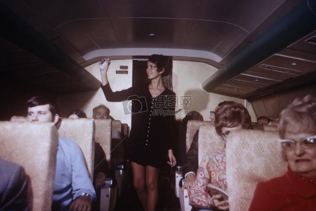 这是表示航空公司雇员的飞机内喷洒气雾杀虫剂喷洒1971年的照片.