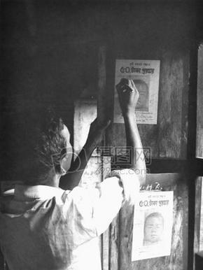 这1975年的图像描绘本地孟加拉国根除天花团队的志愿者,因为他挂在自己的社区,announci奖励海
