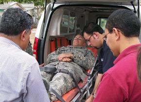 洪都拉斯,美国医务人员聚集在一起,分享技巧