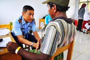 亨德拉SAMANTA博士考察了当地的印尼人